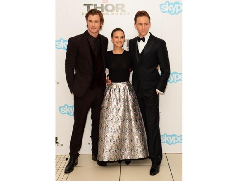 """La actriz acaparó las miradas con su look durante la premier de """"Thor: Un mundo oscuro"""" en Londres."""