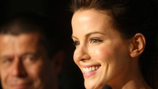 Kate Beckinsale muy sonriente durante la conferencia del jurado.