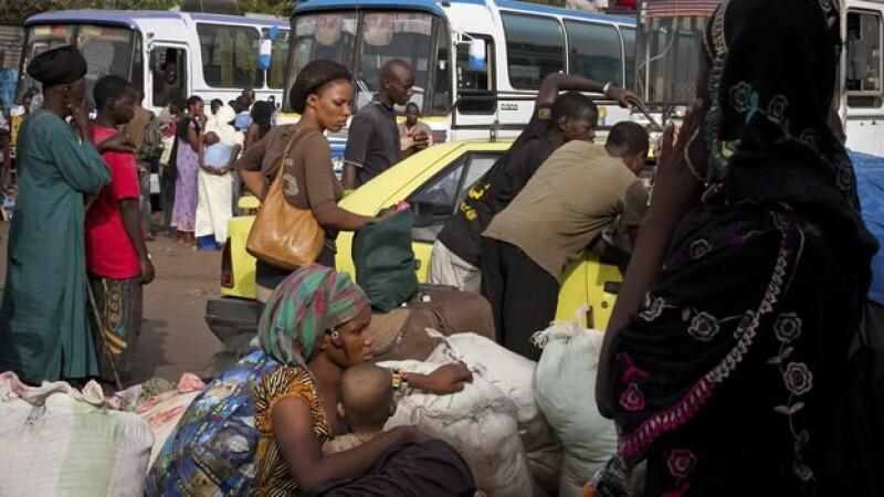 Mujeres huyen del golpe de estado en Mali