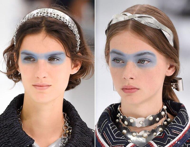 Las modelos llevaron sombras en forma de antifaz en color azul cielo.