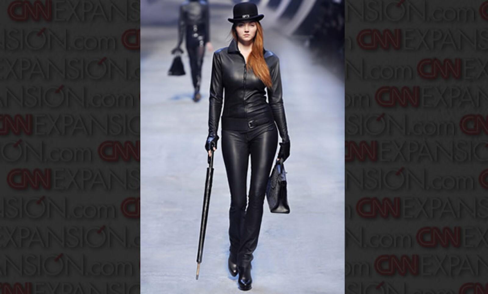 """""""Esta colección tiene muchas piezas en piel, sobre todo en los diseños para mujeres. Ellas vienen como elegantes espías"""", dijo Gaultier, durante la presentación de esta colección, en París."""