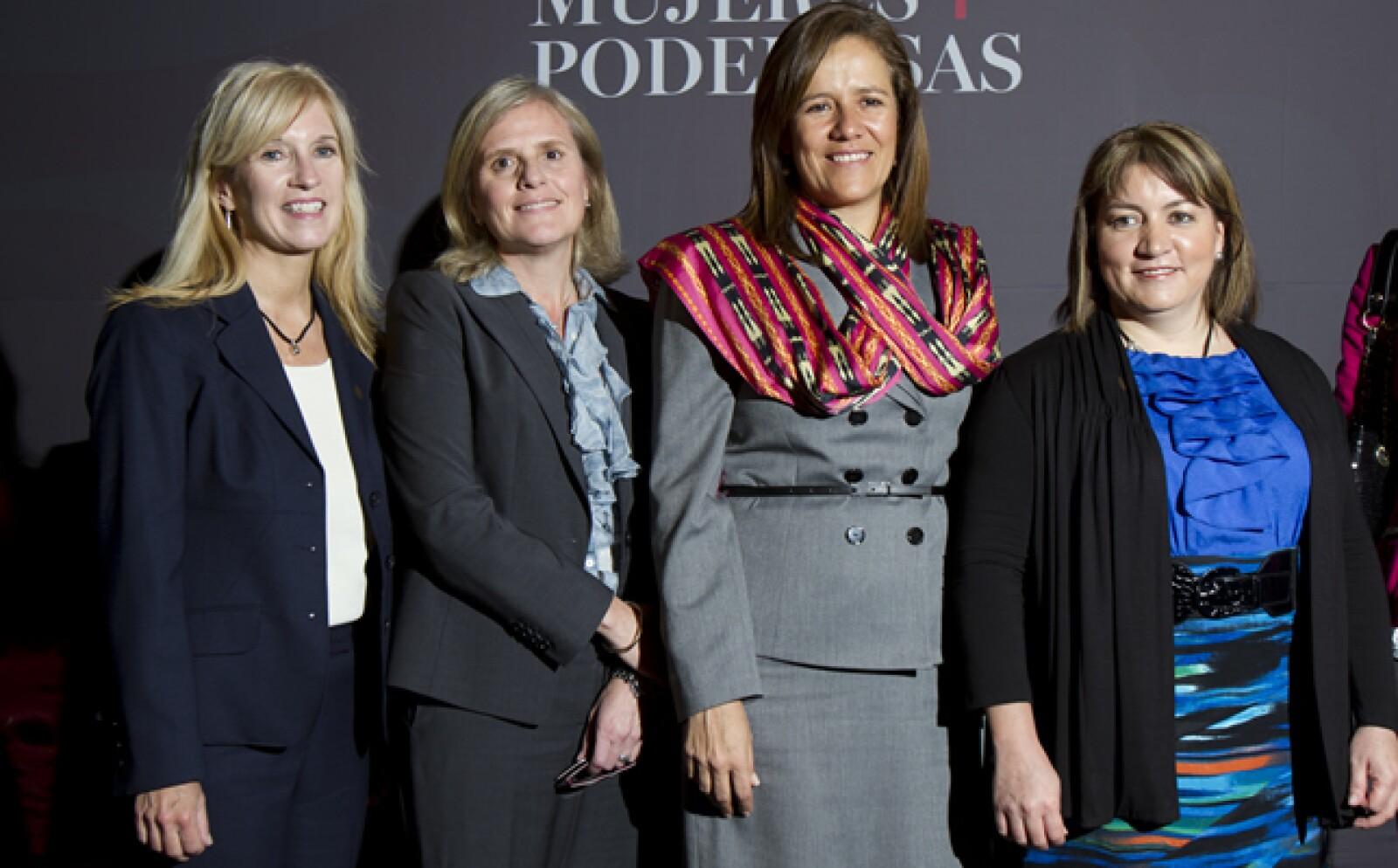 Las asistentes aprovecharon para charlas y tomarse la foto con Margarita Zavala. En la imagen, con María Inés Cravioto, directora ejecutiva de finanzas de General Motors (segunda de izquierda a derecha).