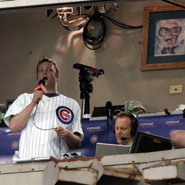 Vince Vaughn canta la tradicional melodía `Take Me Out to the Ballgame´ durante un partido de los Cachorros de Chicago, su equipo.