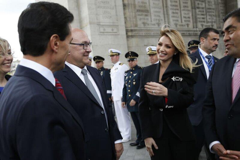 Los usuarios de redes sociales difunden y comentan tres instantes de la pareja presidencial mexicana, de su visita a Francia y en Zacatecas.