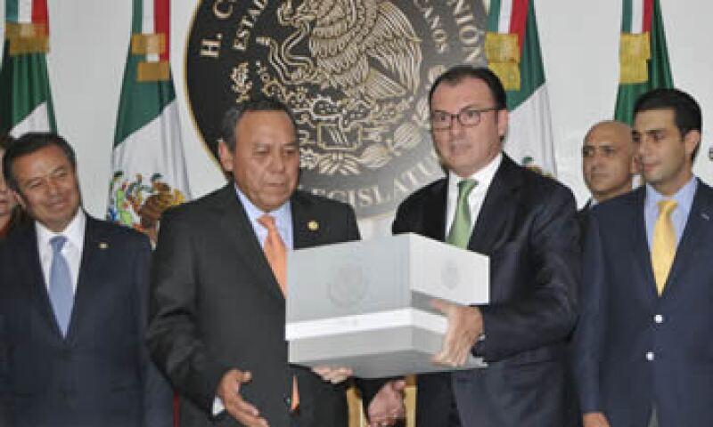 Luis Videgaray (der) entrega el Paquete Económico 2016 (Foto: Cuartoscuro)