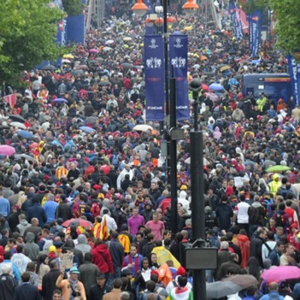 Masas de seguidores ingresan al estadio Wembley