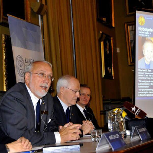La Real Academia de Ciencias presentó el martes 6 el Premio Nobel en Física en el salón de sesiones de la academia en Estocolmo, Suecia. Los ganadores son Charles K. Kao, Willard S. Boyle y George E. Smith.