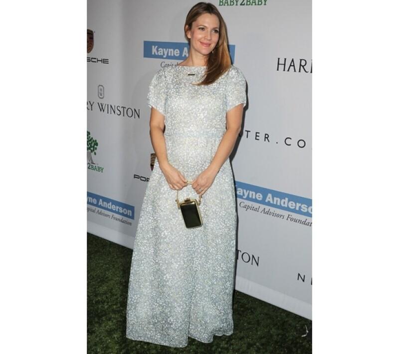La actriz presumió su embarazo en un lindo vestido la noche del lunes en la gala `Baby2Baby´.