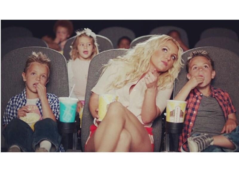 """La princesa del pop estrenó hoy el video de la canción que será la banda sonora de la segunda parte de """"Los Pitufos"""", mismo en el que debutaron sus hijos en una escena del clip."""