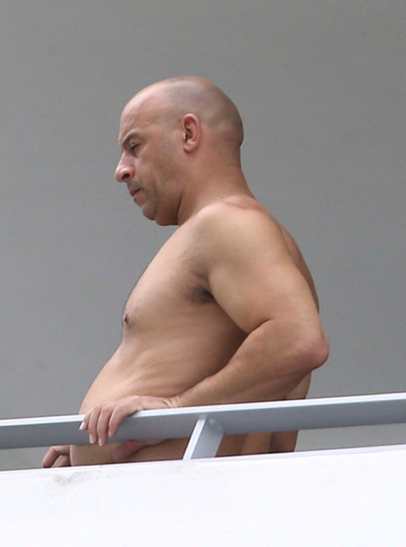 El actor fue captado por los paparazzi fumando afuera de su balcón mostrando una panza que causó conmoción.
