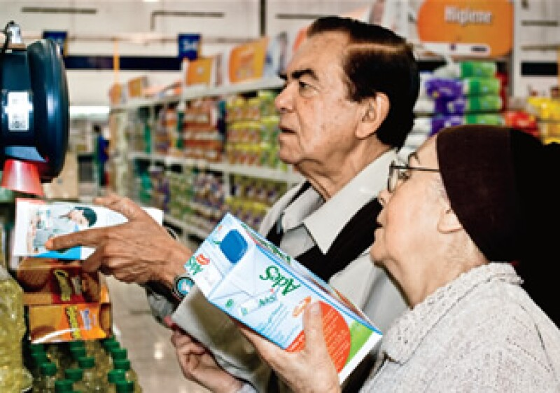 Generalizar el IVA a alimentos y medicinas y bajar la tasa del ISR a 25% ayudaría mkás a la población que tendría más dinero para gastar y le daría más recursos al gobierno. (Foto: Alejandro Hernández Olvera)