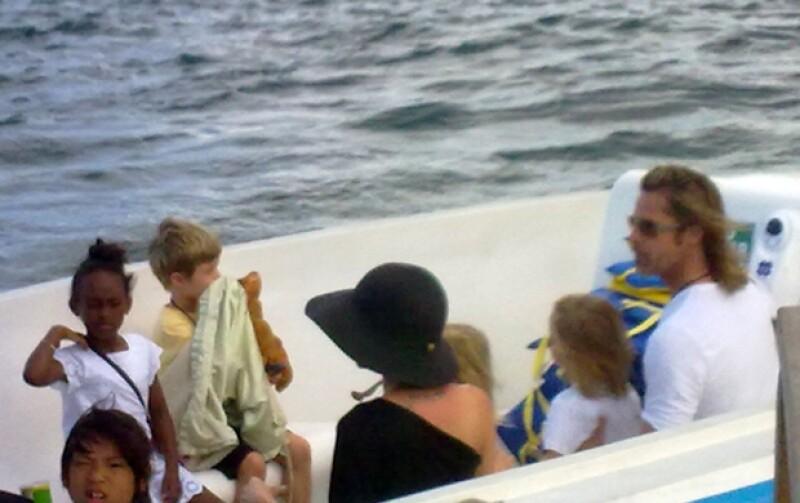 Junto con sus seis hijos, los recién comprometidos se encuentran disfrutando de unas merecidas vacaciones en el Pacífico. Ahí la familia ha aprovechado del clima y las playas.
