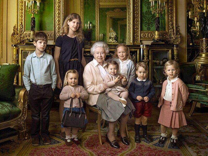 Para celebrar su cumpleaños 90, la reina se tomó una foto con siete de sus nietos y bisnietos.