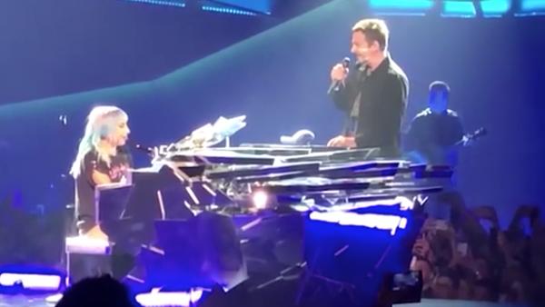 Bradley Cooper sorprende a Lady Gaga en una presentación en Las Vegas