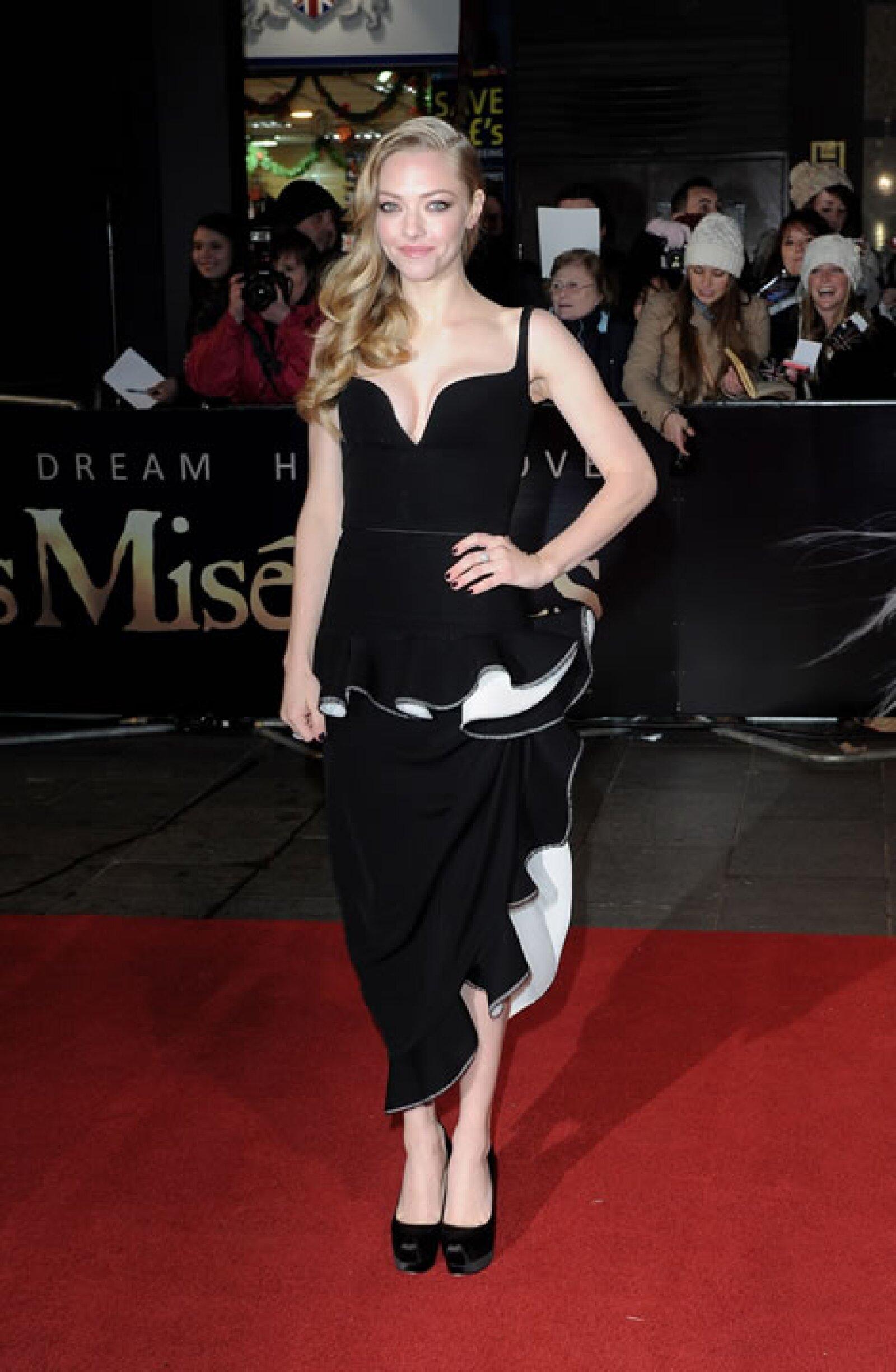 Amanda Seyfried- `Si este vestido fuera un bebé, ya habría sido envuelto en periódico y abandonado en el baño de un mall´.