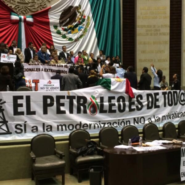 Tras la aprobación de la reforma, los diputados de izquierda que tomaron la tribuna en el Salón de Sesiones en San Lázaro levantaron su bloqueo y se retiraron.