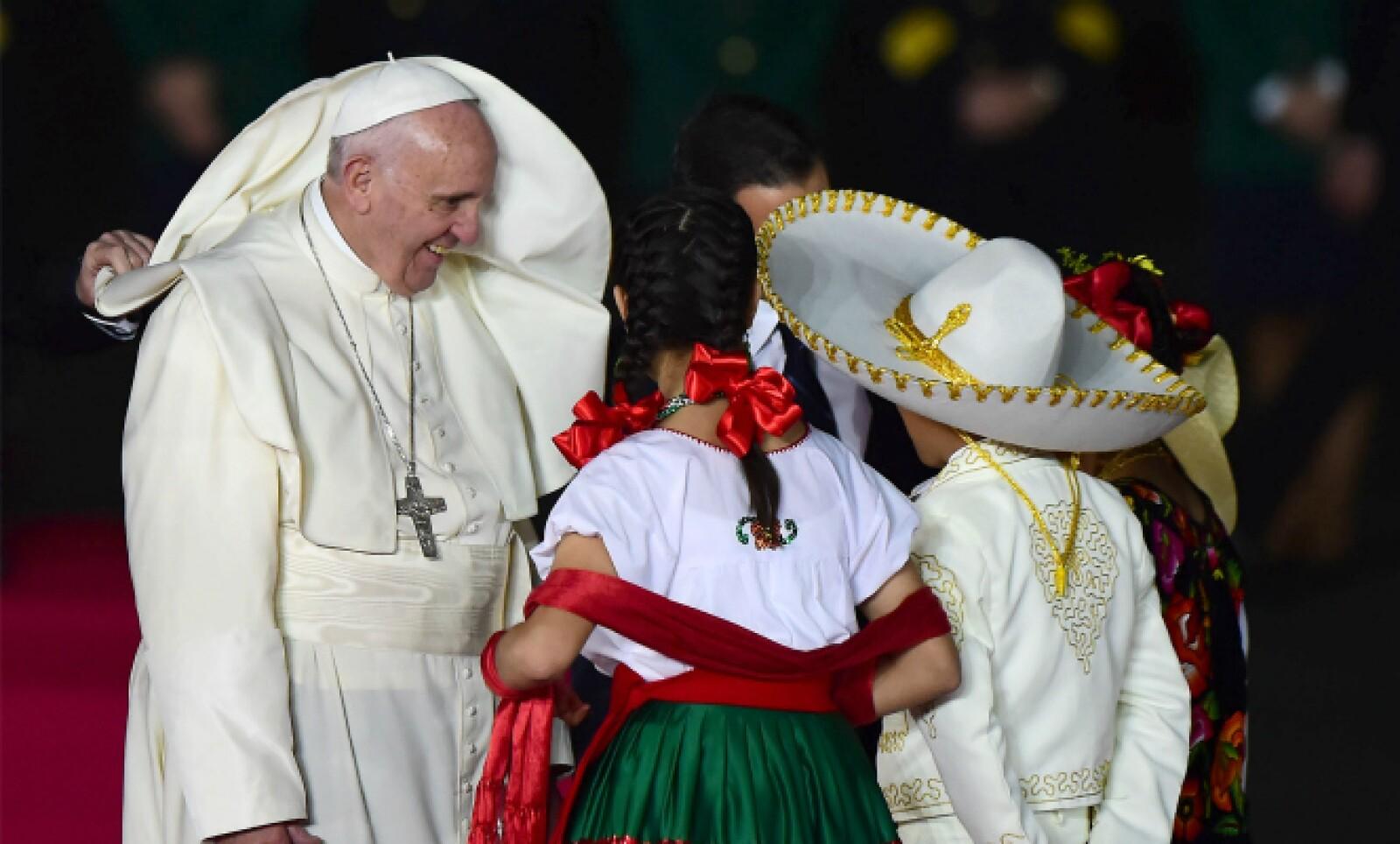 El papa recibió una caja con un puñado de tierra de cada una de las 32 entidades de la República.