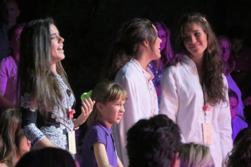 Las gemelas de Alejandro Fernández, Camila y América; y Karla Laveaga durante el concierto en Marbella.