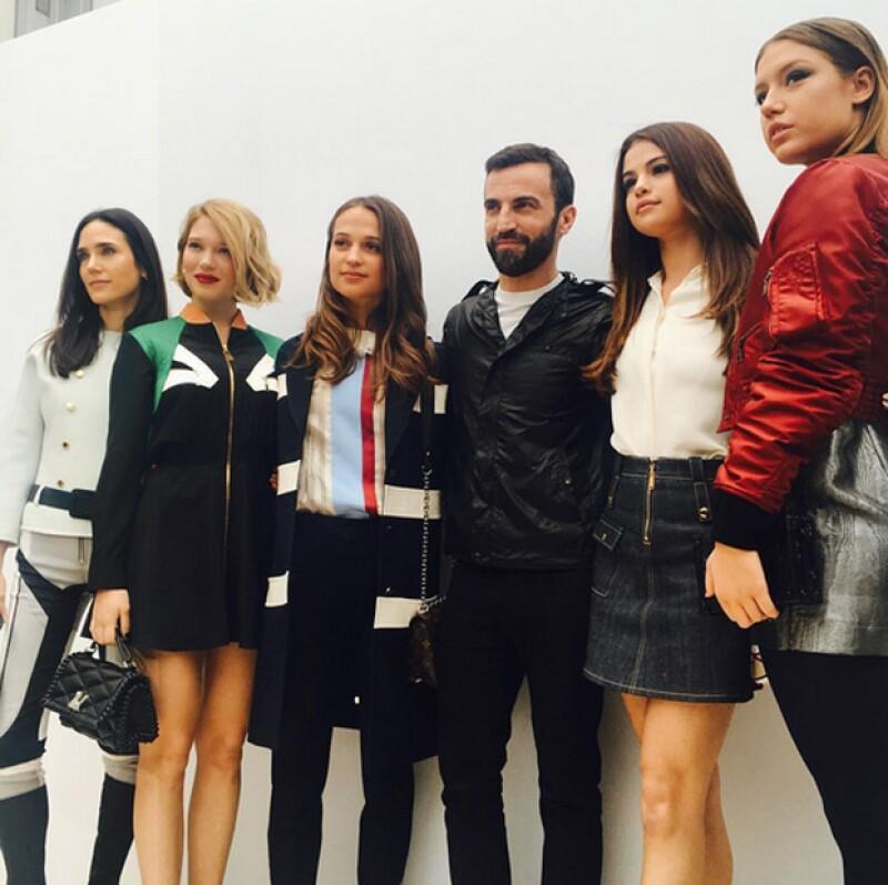 La cantante estuvo en el desfile de Louis Vuitton con otras famosas como Jennifer Conelly y Alicia Vikander.