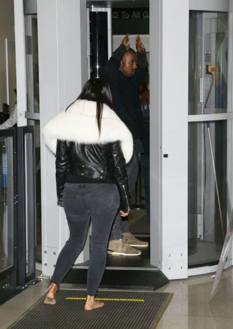 Kim y Kanye pasan por el filtro de seguridad en el LAX.