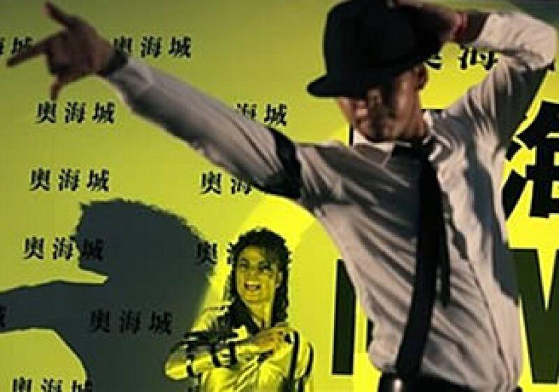 El memorial se extendió a diversas expresiones en el mundo. En la foto, un fan baila frente a una estatua de cera de Jackson en Hong Kong. (Foto: AP)
