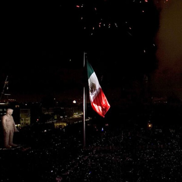 """""""El Coloso"""" se irguió en la plancha del Zócalo, para conmemorar a todos aquellos héroes que no aparecen en las enciclopedias."""