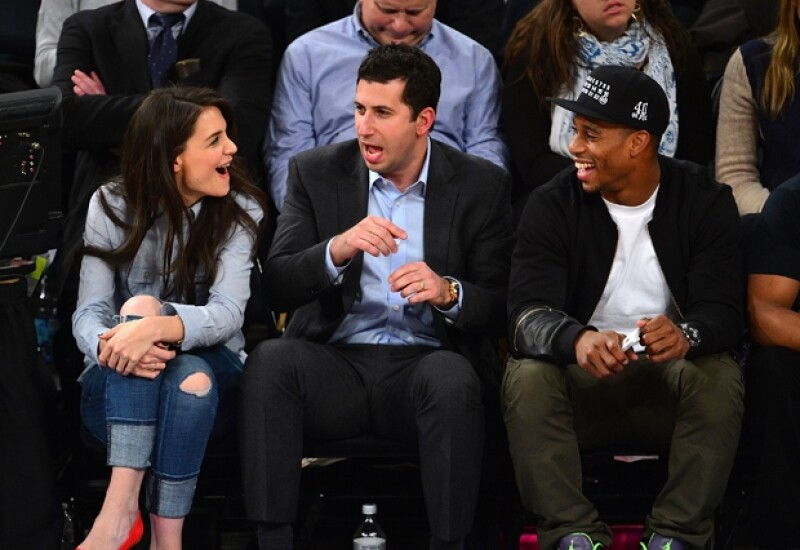 La plática se extendió con el jugador Victor Cruz que estaba sentado a lado de Adam. Los tres se veían muy divertidos.