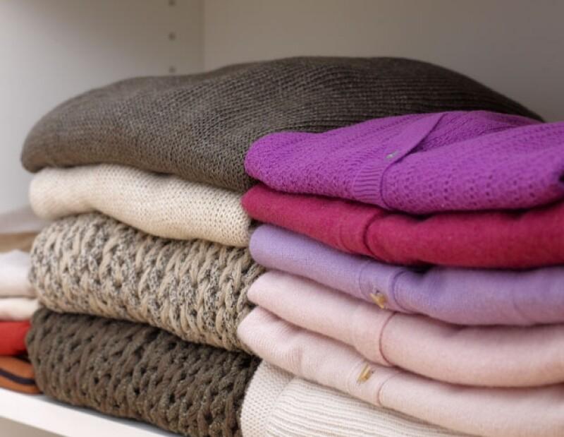 Las prendas más delicadas como suéteres y tejidos, deben ir siempre dobladas, pues es muy fácil que se maltraten y al colgarlas se hacen grandes.