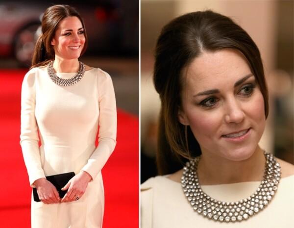 La Duquesa optó realzar su atuendo con un collar de 35 dólares de Zara.