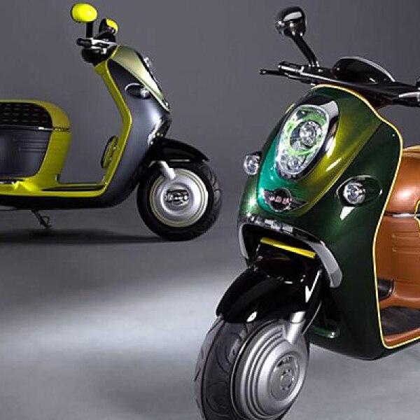 El concepto de Mini será totalmente eléctrico y al frente podemos observar el gran faro que nos remite inmediatamente a los que usa el auto, al igual que los espejos y la combinación de colores del conjunto.