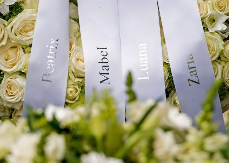 La princesa Beatriz, madre de Friso, su viuda Mabel y sus hijas Luana y Zaria dejaron un arreglo floral con sus nombres en la tumba de su padre.