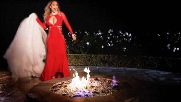 Mariah Carey quemando su vestido de novia.