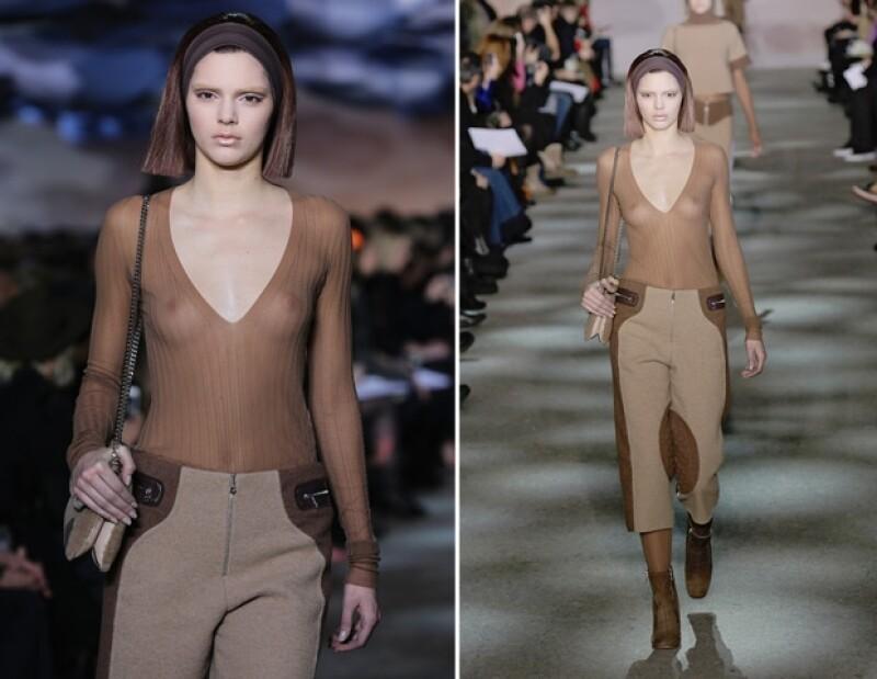 La joven de 18 años caminó por la pasarela de Marc Jacobs donde utilizó una blusa transparente que dejaba al descubierto su pecho.
