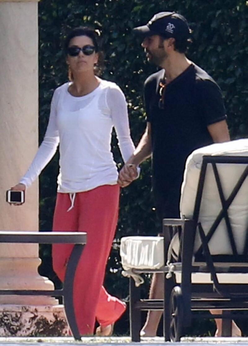 La actriz y el Presidente de Contenidos de Televisa fueron captados cuando se dirigían, tomados de la mano, a casa de unos amigos en Miami Beach.