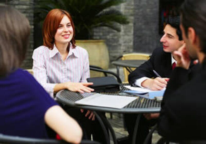 Procura asistir a reuniones de ex compañeros de trabajo o de escuela que pueden recomendarte en un nuevo trabajo. (Foto: Jupiter Images)