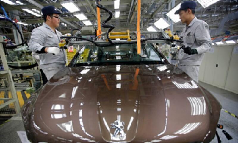 La empresa china y al Gobierno francés tendrían participaciones iguales de 14% en la automotriz. (Foto: Reuters)