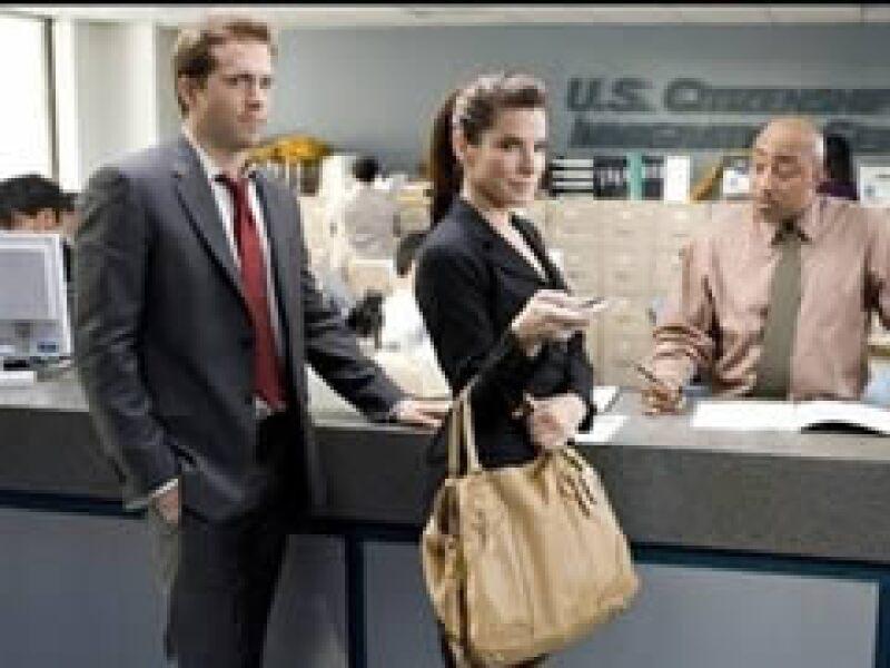 Bullock interpeta a una directora editorial que obliga a su asistente a casarse con ella para no ser deportada a Canadá. (Foto: AP)