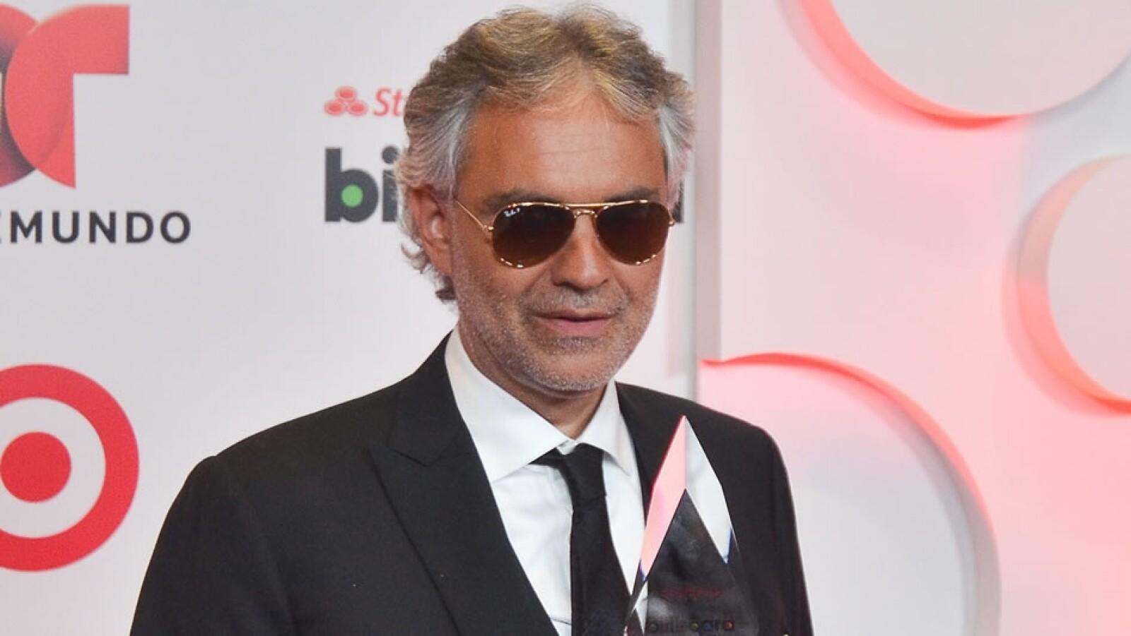 El cantante italiano Andrea Bocelli posa con su premio a la Trayectoria Artística
