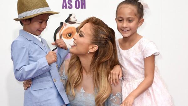 """¡Qué tiernos! Jennifer Lopez estuvo muy al pendiente de sus hijos Max y Emme en la premiere de """"Home""""."""