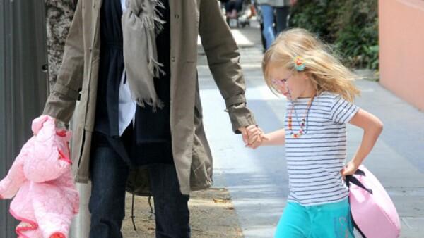 Violet Affleck asiste muy alegre a la escuela de la mano de su madre, la actriz Jennifer Garner.