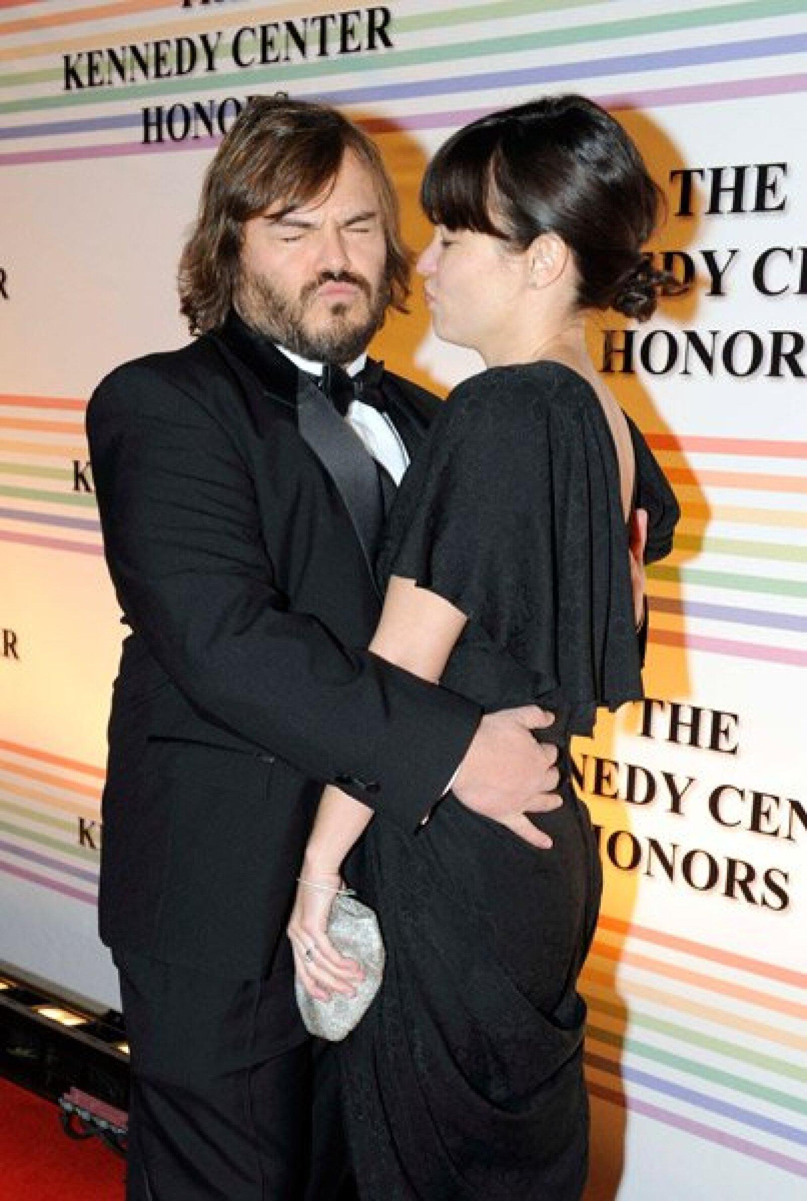 Con muy buen sentido del humor llegó Jack Black, quien hizo caras y gestos por su paso por la alfombra roja, al mismo tiempo que abrazaba a su esposa, Tanya Hayden.