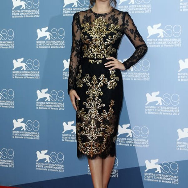 Selena Gomez en un vestido de encaje.