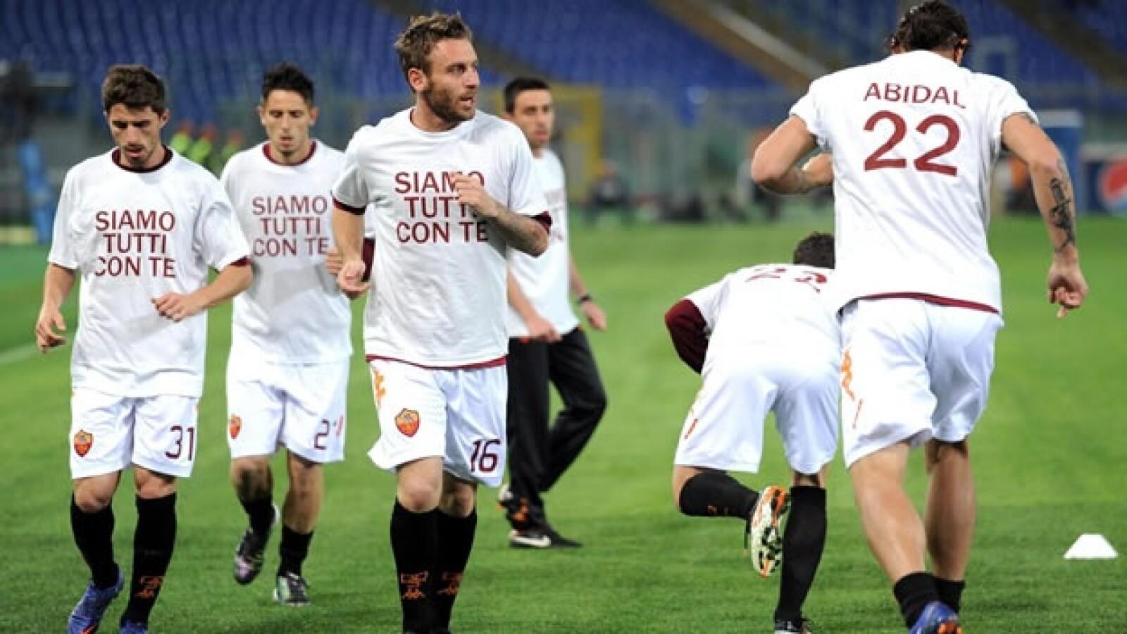Jugadores del Roma apoyan a Eric Abidal