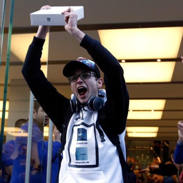 Christof Wallner, de 23 años, se convirtió en el primer comprador de la nueva iPad en Berlín, Alemania.