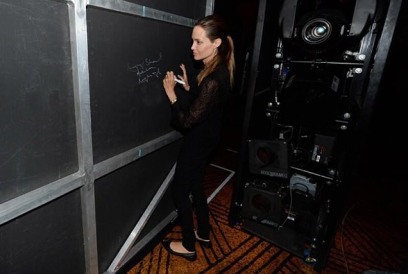 Angelina firmó la pared de autógrafos.