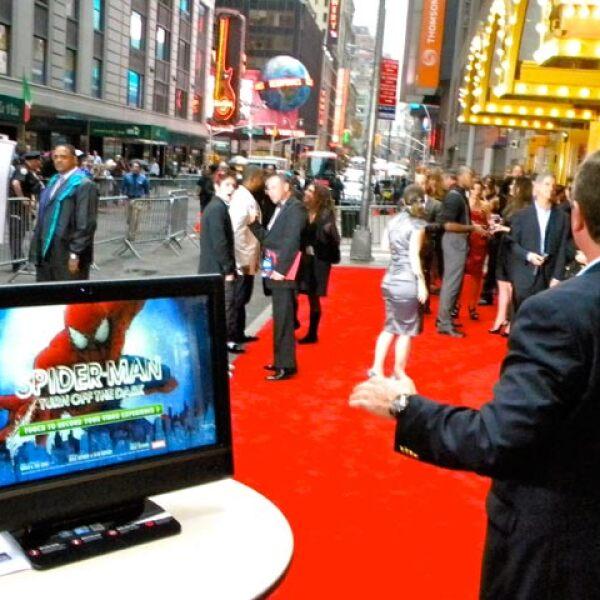 Los fans no dejaron que la lluvia restara brillo a la gran noche en Broadway.