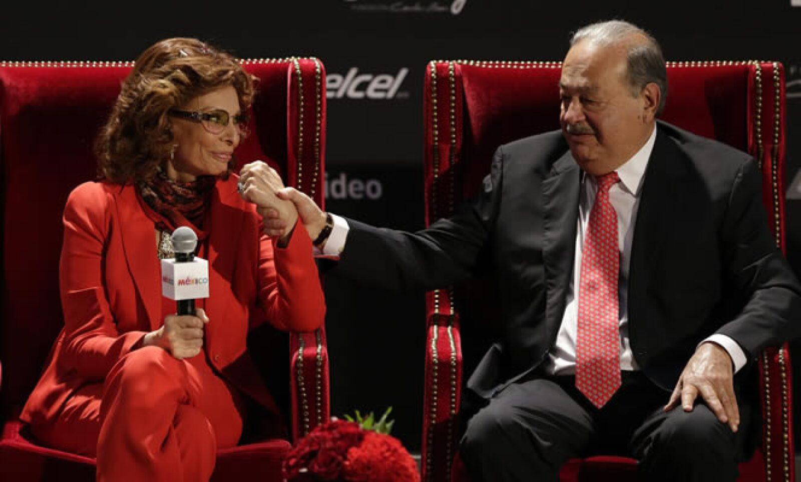 """La diva italiana y Carlos Slim cortaron este jueves el listón inaugural de la muestra """"Sofía Loren. México. Ayer, hoy y mañana"""",  en el Museo Soumaya. Muestra fotográfica en honor de la actriz."""