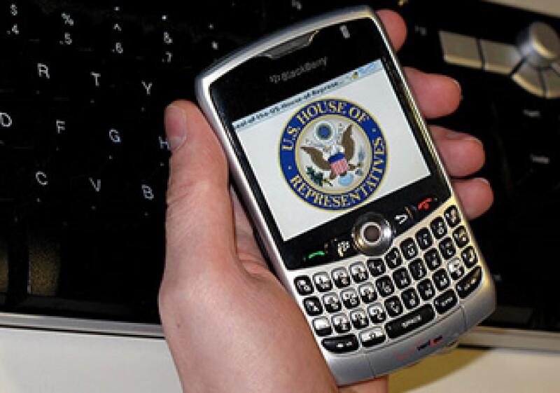 El uso de la BlackBerry que recibe correos es una forma de recibir notificaciones del trabajo. (Foto: CNNMoney)