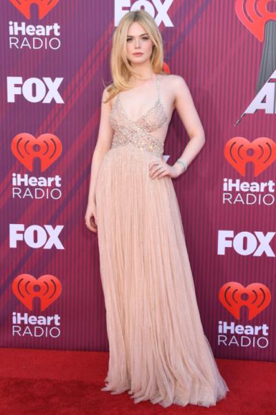 Elle Fanning llegó a los iHeartRadio en un vestido nude con pedrería Miu Miu 2019