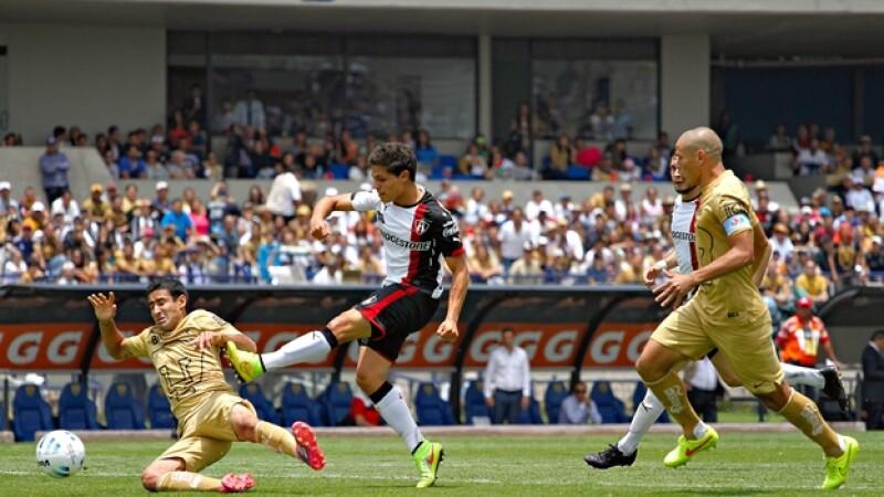 Alfonso González de Atlas vence a la defensa de la UNAM y marca el gol del triunfo para los rojinegros